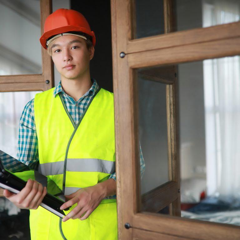 Praoelev på bygge med skyddsutrustning